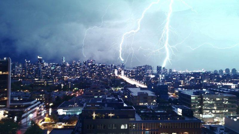 Tijdens een onweersbui werden boven Vancouver blikseminslagen vastgelegd