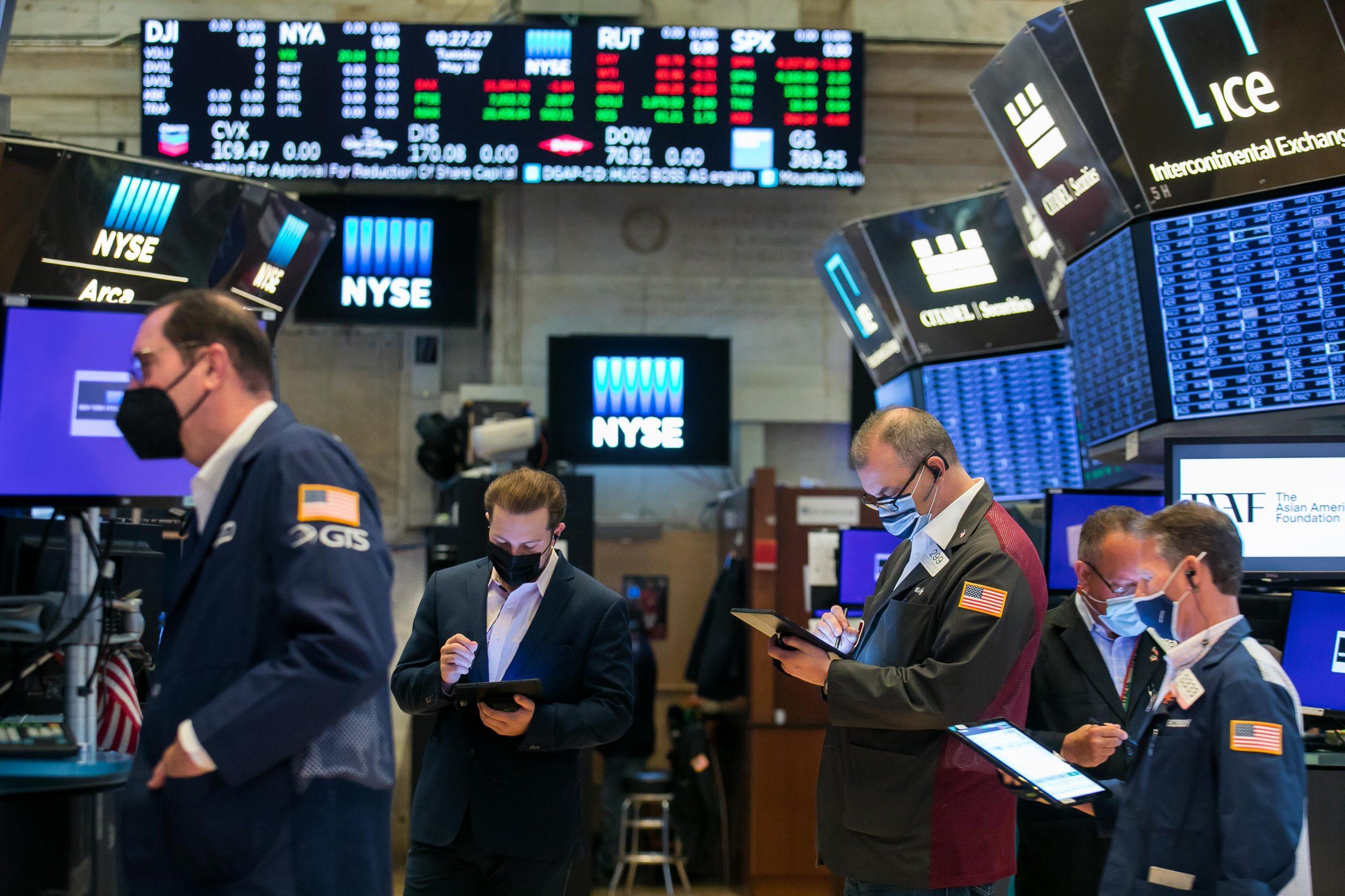 Aandelenfutures vlak om de week te beginnen met S&P 500 inch van recordhoogte