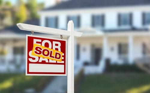 De goudprijs staat onder druk omdat de verkoop van bestaande huizen in de VS in mei voor de vierde achtereenvolgende maand daalde