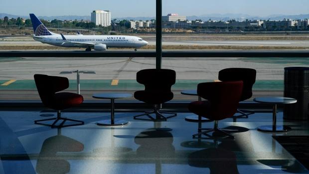 Een man springt uit een bewegend vliegtuig op de luchthaven van Los Angeles