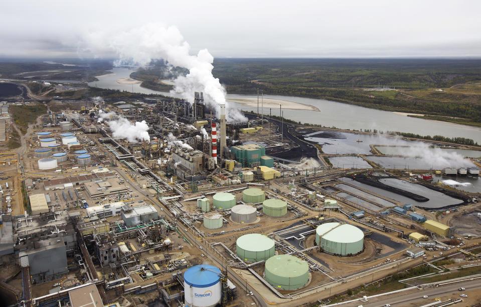 Suncor's teerzandverwerkingsfabriek in de buurt van de Athabasca-rivier in mijnbouwactiviteiten in de buurt van Fort McMurray, Alberta, 17 september 2014. In 1967 hielp Suncor pionieren met de commerciële ontwikkeling van Canadese oliezanden, een van 's werelds grootste bekkens voor aardoliebronnen.  Foto genomen op 17 september 2014. REUTERS/Todd Korroll (Canada - tags: energie-omgeving)