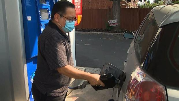 Experts zeggen dat COVID-19-mandaten en leveringsproblemen de gasprijzen in heel Canada hebben doen stijgen