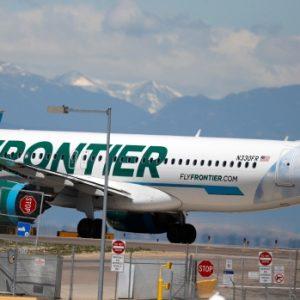 Passagier van Frontier Airlines beschuldigd van betasten en slaan van vrouwelijke stewardessen