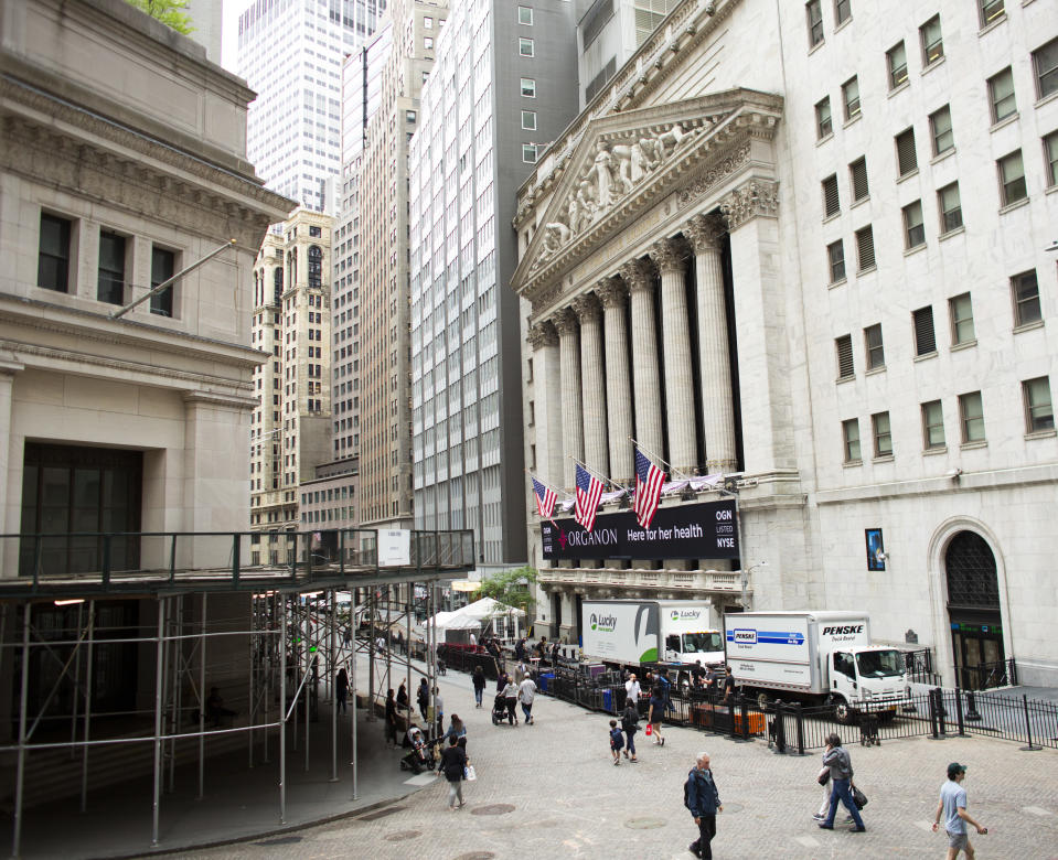 NEW YORK, NY - JUNI 02: Een blik van buitenaf op de New York Stock Exchange en Wall Street, aangezien het nieuwe bedrijf Organon aanstaande donderdag begint te handelen in New York op 02 juni 2021. Organon wil uitbreiden om behandelingen te bieden voor andere specifieke aandoeningen voor vrouwen zal ongeveer 80% van de inkomsten van het nieuwe bedrijf van buiten de Verenigde Staten komen (Foto door Kina Bettencourt / VIEWpress)