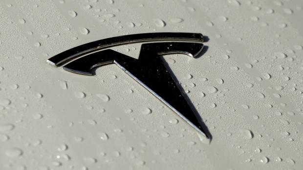 Tesla met gedeeltelijk geautomatiseerd rijsysteem botst met politieauto