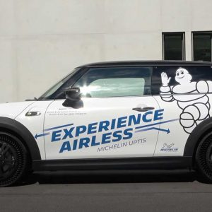 Bekijk de Mini Cooper SE rijden op Michelin Aptis Airless banden