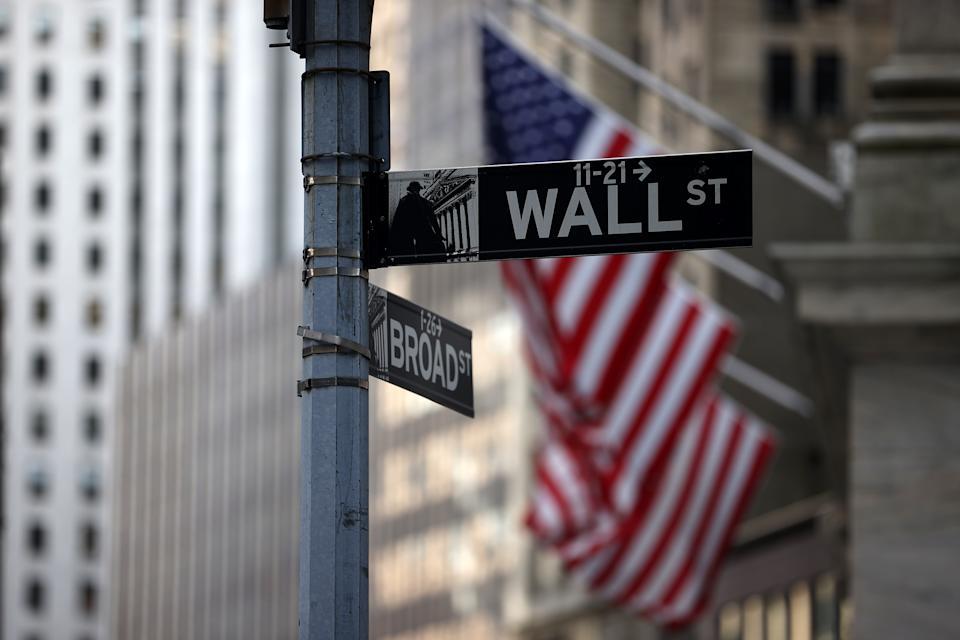 NEW YORK, NY - 16 AUGUSTUS: De borden Wall Street en Broad Street worden gezien door het gebouw van de New York Stock Exchange (NYSE) in het financiële district van New York City, 16 augustus 2021 (Foto door Tyvon Coskun) / Anadolu Agency via Getty Afbeeldingen)