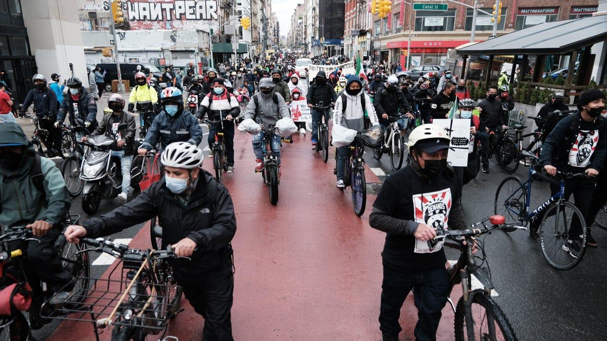 New York City is de eerste grote stad geworden die minimale bescherming instelt voor voedselbezorgers