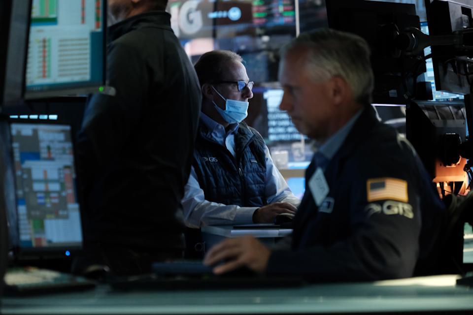 NEW YORK, NY - 30 SEPTEMBER: Handelaren werken op de vloer van de New York Stock Exchange (NYSE) op 30 september 2021 in New York City.  'S Middags daalde de Dow met meer dan 250 punten, omdat beleggers zich zorgen bleven maken over inflatie, lonen en problemen met de toeleveringsketen.  (Foto door Spencer Platt/Getty Images)