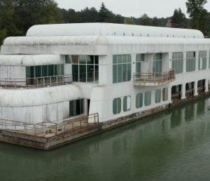 """Een rondleiding door de drijvende """"Mac Barge"""" voordat deze terugkeert (VIDEO'S)"""